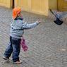 Свалившись с четвертого этажа, трехлетний малыш отправился на прогулку