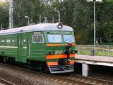 На севере Москвы зацепера зажарило током на крыше поезда