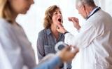 Специалисты рассказали, на какие заболевания может указывать необычный цвет языка