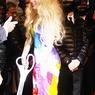 Леди Гага продает альбом - летает и одевается монстром (ВИДЕО)