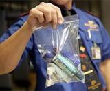 Авиапассажирам придется убрать из сумок все жидкости