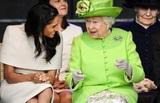 Елизавета II «едва не лопнула от смеха», увидев рождественский подарок Меган Маркл