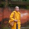 В Таиланде у одного из храмов произошло столкновение монахов и полицейских