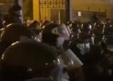 В Киеве возле офиса Зеленского произошли столкновения протестующих с силовиками