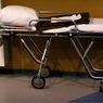 """80-летняя пациентка скончалась после того, как бригада """"скорой"""" уронила каталку"""