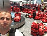 Путаница с красными сумками британской сборной в аэропорту стала предметом шуток