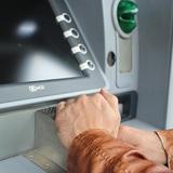 Роскачество не рекомендует пользоваться уличными банкоматами