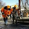 Два автомобиля упали в яму из-за провала грунта на 3-й Мытищинской улице в Москве