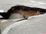 На севере Москвы образовалась двухметровая яма