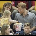 Маленькая девочка стащила попкорн у зазевавшегося принца Гарри