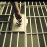 Британским стражам порядка удалось вернуть контроль над тюрьмой и подавить бунт