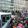 Беспорядки в Киеве: в милицию летят дымовые шашки и мандарины
