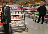 Из-за кризиса россияне проедают половину зарплаты