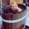 Обнаженная Волочкова рубит лед топориком во дворе собственного дома