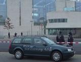 Исписанный лозунгами автомобиль врезался в ворота офиса Меркель
