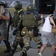 Белорусы бросились обнимать ОМОНовцев, опустивших щиты