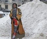 В Петербурге измеряют высоту сугробов фигурой картонного Филиппа Киркорова