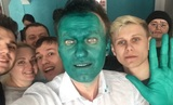 Навальный посмеялся над атакой провокаторов и сам вымазался зеленкой