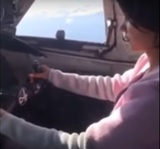 """И снова смертельные игры: пилот разрешил девушке """"порулить"""" самолётом с пассажирами"""