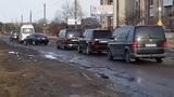Кортеж Порошенко едва проехал по разбитой дороге подо Львовом