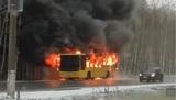 Пассажирский автобус, объятый пламенем, выложили в соцсети жители Петербурга