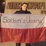 Избитый на российском ТВ польский журналист сжег флаг РФ