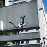 В Париже украли кусок дорожного знака с работой Бэнкси