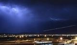 Попадание молнии в пассажирский самолет во время шторма Ciara показали на видео