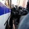 В Омске мужчина взял в заложники пятерых детей и грозит взорвать квартиру