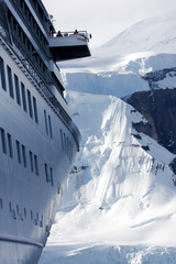 Круизный корабль терпит бедствие в Антарктике
