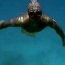 Помесь Ихтиандра с Золотой рыбкой шастает по океанскому дну