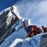 Сотни альпинистов образовали затор при восхождении на Эверест