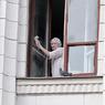 В Люберцах мужчина выкинул из окна жену с ребенком