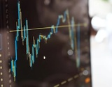Курс доллара вырос до 77 рублей впервые с апреля